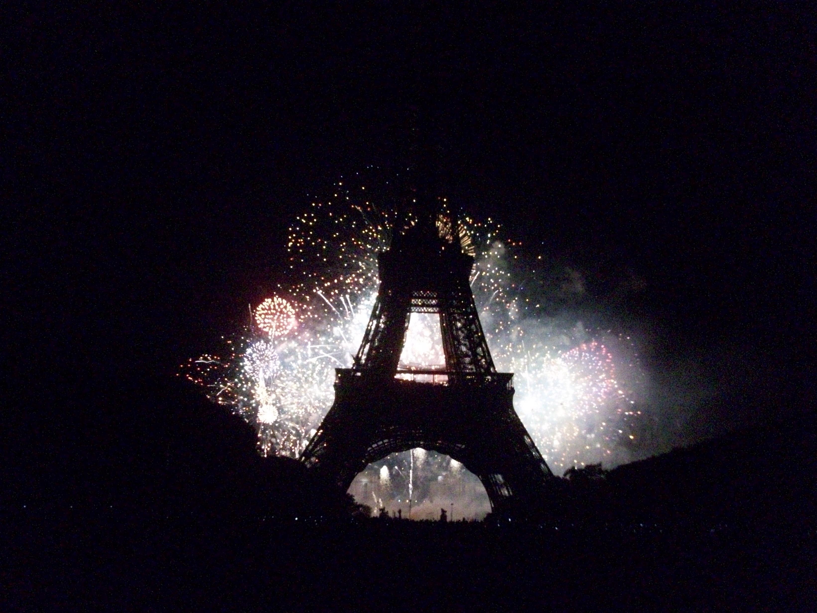 París Y La Torre Eiffel Un Lunar En La Punta De La Nariz